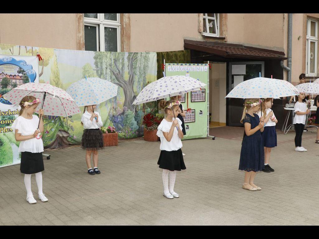Taniec z parasolami grupa Bratki